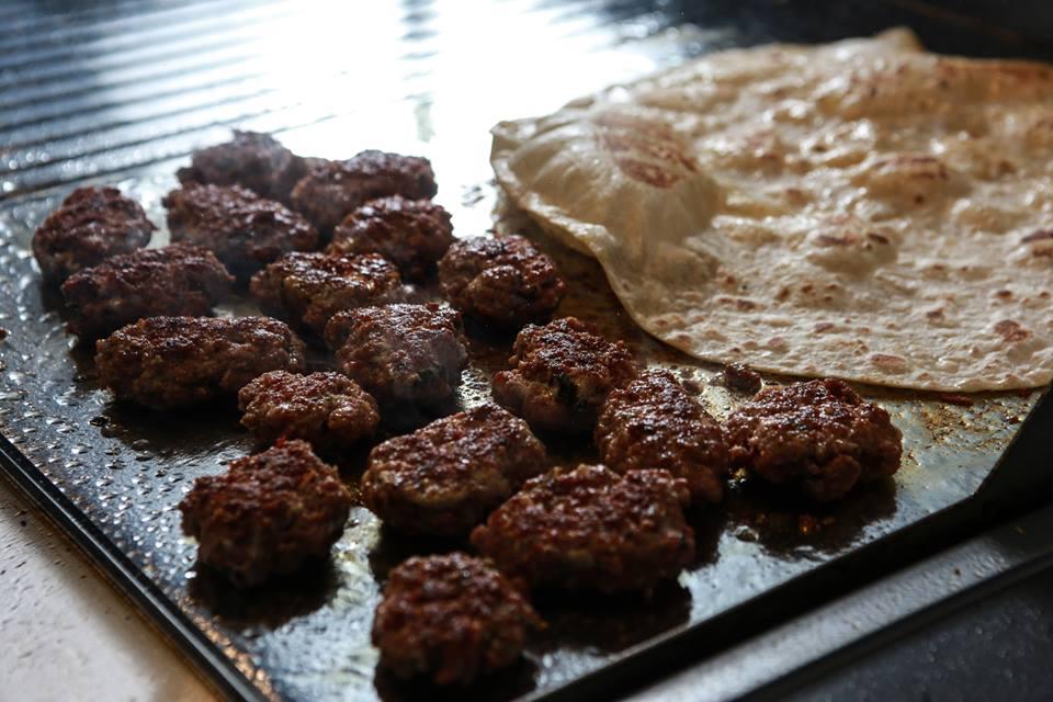 Anatolien KÖFTE, grillierte Hackfleischbällchen mit Bulgur, Tomaten (geraffelt), gebratene Zwiebeln& natürliche GEWÜRZE und KRÄUTER photo 2