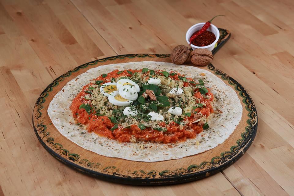 Anatolien WRAP, Kichererbsen- und Linsen-Mus, Bulgur, Paprika, Aubergine, Zucchetti, Tomaten-Sauce, Pfefferminz, Basilikum,